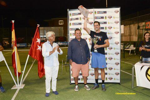 Richi Villacorta encantado con el jamón del campeón